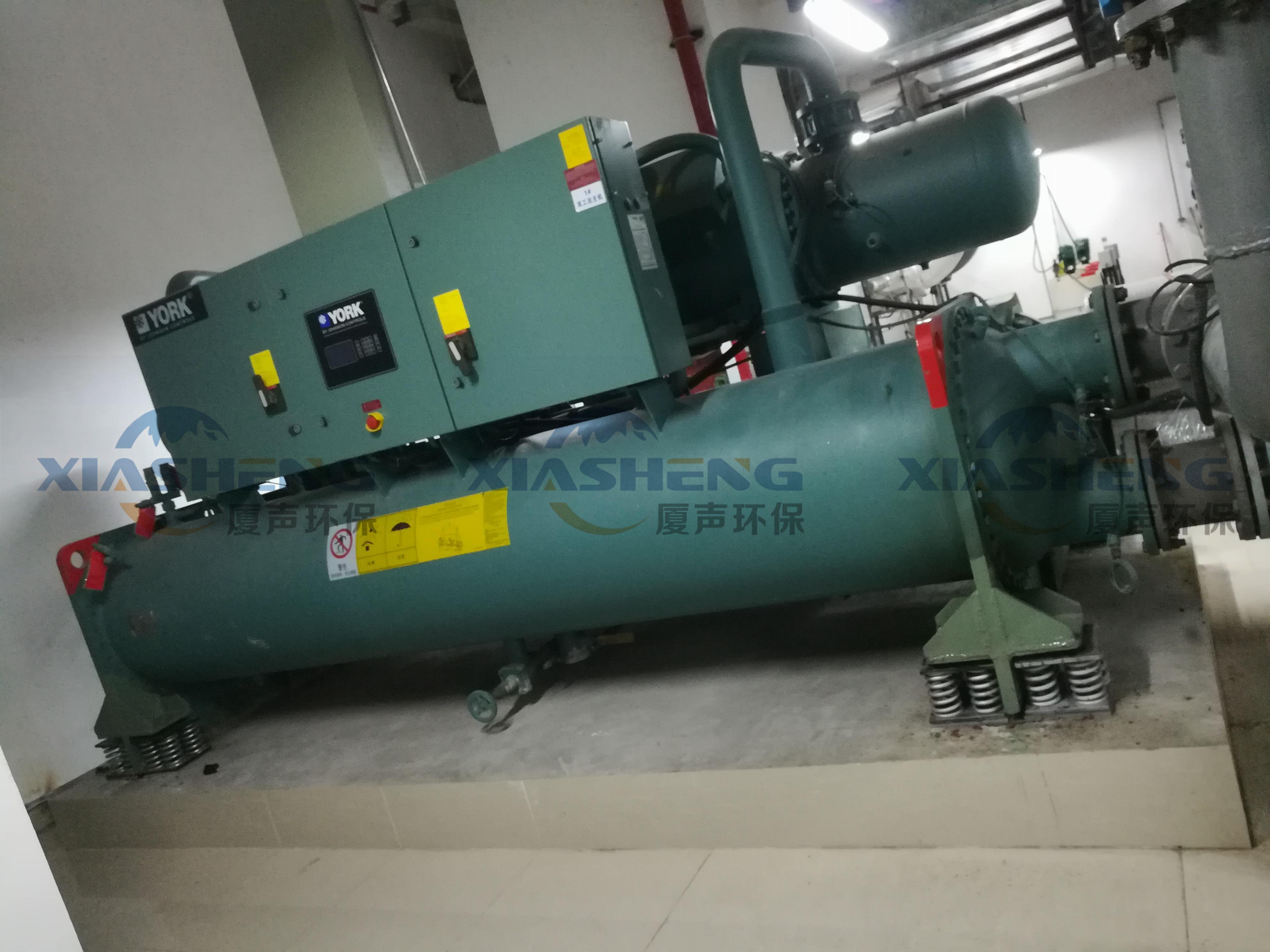 深圳东海大厦地下室约克螺杆冷水机减振工程
